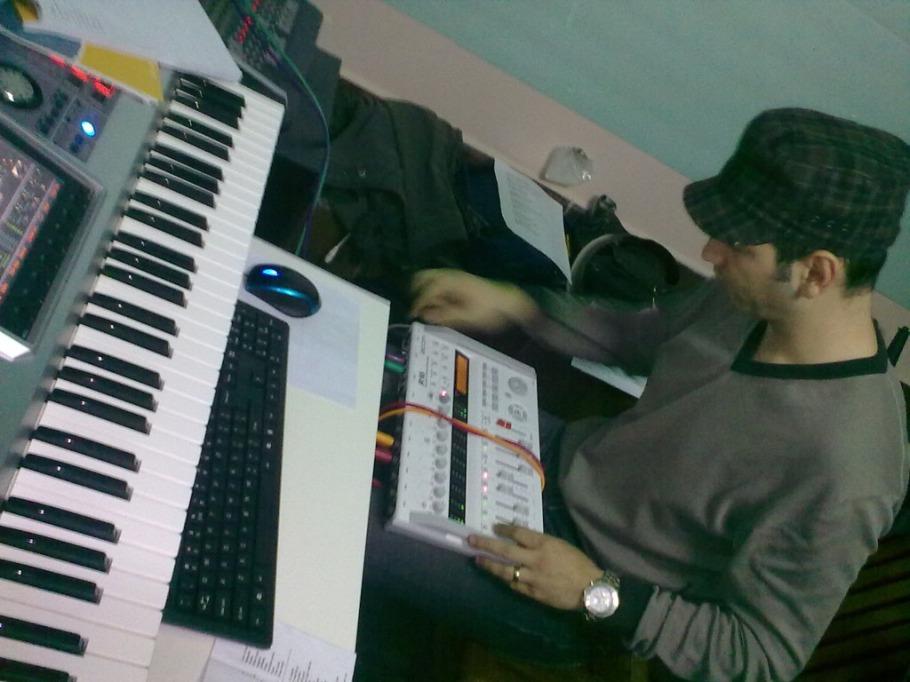Misu la munca in studio